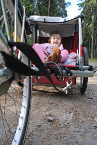 Kind in Fahrradanhänger
